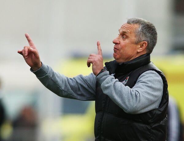 Главный тренер Локомотива Леонид Кучук наблюдает за ходом игры в матче 27-го тура чемпионата России по футболу