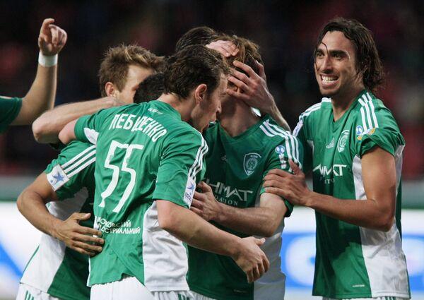 Футболисты Терека радуются забитому мячу в ворота Динамо