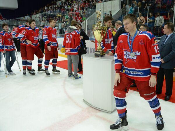 Игрок МХК Красная Армия Егор Огиенко (справа)