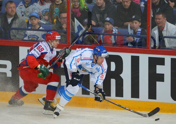 Форвард сборной России Александр Бурмистров (слева) и нападающий сборной Финляндии Леонид Комаров