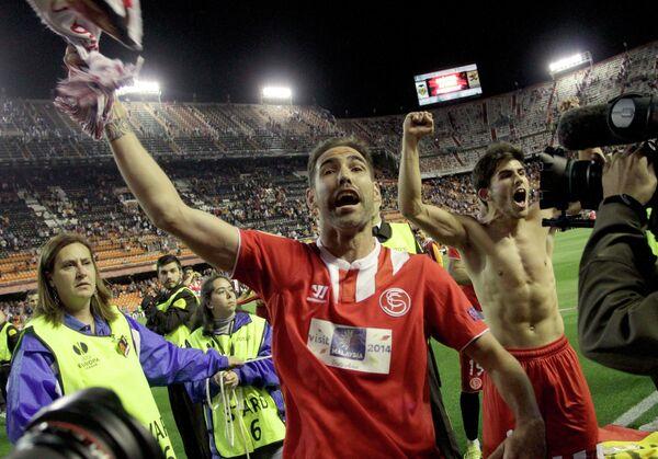 Футболисты Севильи Фернандо Наварро и Хайро Самперио радуются выходу в финал Лиги Европы