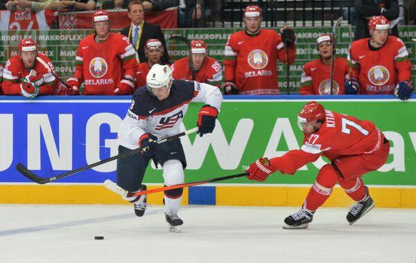 Защитник сборной США Джейкоб Троуба (слева) и нападающий сборной Белоруссии Александр Китаров