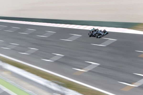 Немецкий пилот Мерседеса Нико Росберг во время практики Гран-при Испании