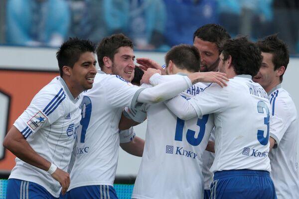 Футболисты московского Динамо радуются забитому голу в ворота Зенита