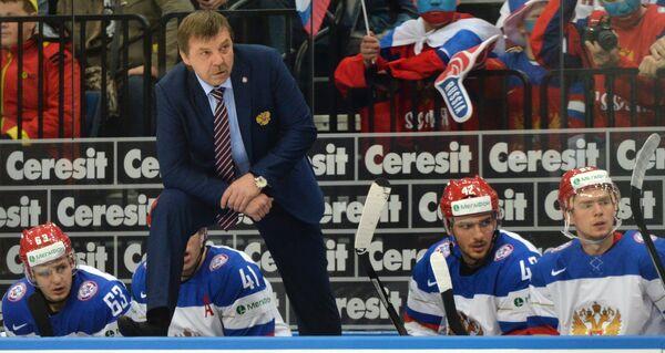 Главный тренер сборной России Олег Знарок (второй слева) наблюдает за ходом игры