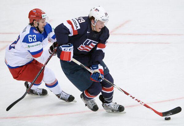 Форвард сборной России Евгений Дадонов (слева) и защитник сборной США Джейк Маккейб