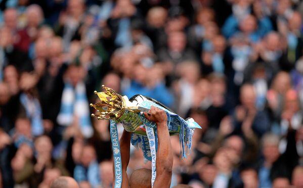 Защитник Манчестер Сити Венсан Компани с кубком чемпионов Англии сезона 2013/2014