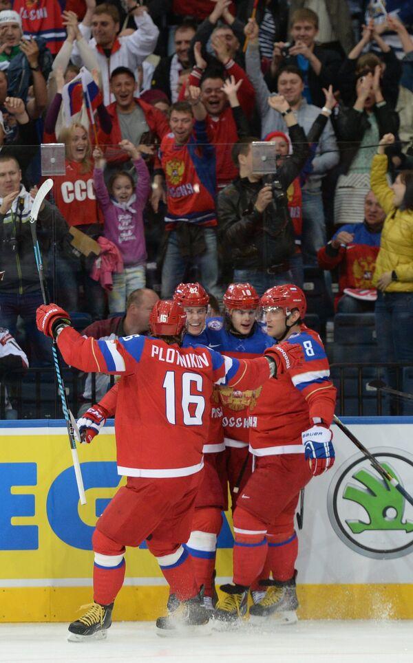 Хоккеисты сборной России радуются забитому голу
