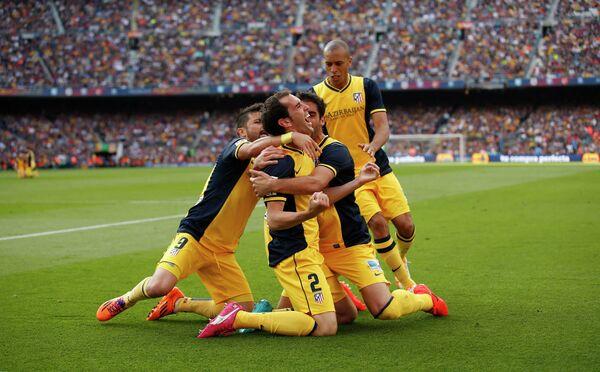 Футболисты мадридского Атлетико радуются победе в чемпионате Испании