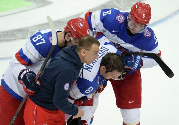 Форвард сборной России Александр Овечкин (в центре) после получения травмы