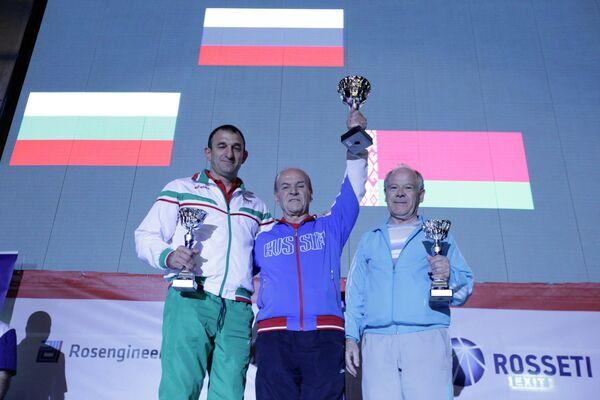 Старший тренер женской сборной России по самбо Юрий Борисочкин (в центре)