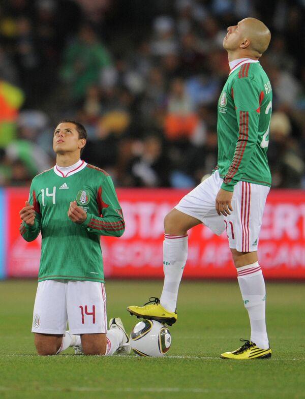 Мексиканские нападающие Хавьер Эрнандес и Адольфо Баутиста (слева направо)