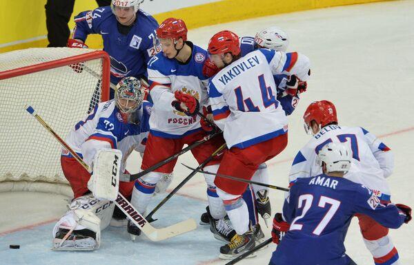 Вратарь сборной России Сергей Бобровский (справа) в игровом эпизоде четвертьфинального матче чемпионата мира по хоккею