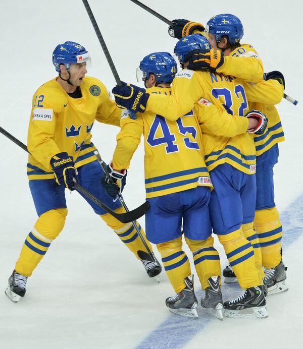 Хоккеисты сборной Швеции радуются забитой шайбе в четвертьфинальном матче чемпионата мира по хоккею