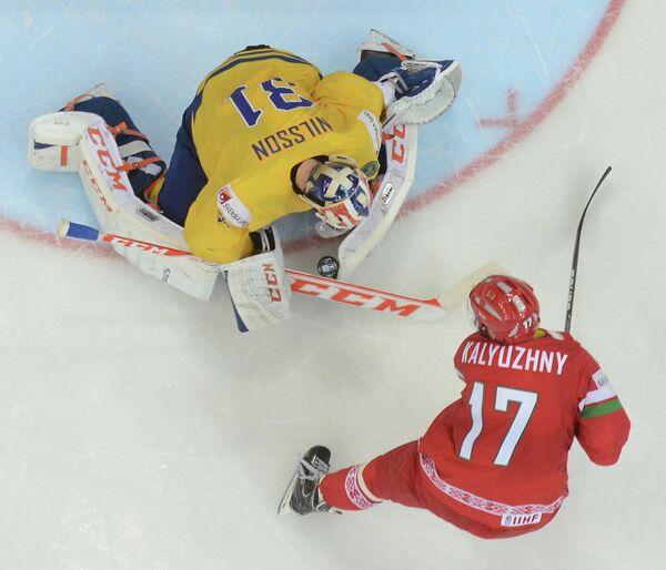 Вратарь сборной Швеции Андерс Нильссон (вверху) и нападающий сборной Белоруссии Алексей Калюжный