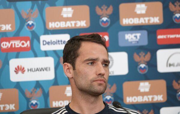 Полузащитник национальной сборной России Роман Широков на пресс-конференции