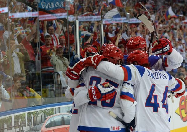 Хоккеисты сборной России радуются заброшенной шайбе в финальном матче чемпионата мира по хоккею