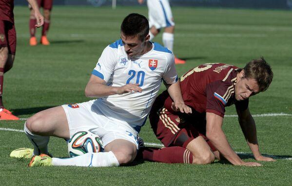 Защитник сборной России Дмитрий Комбаров (справа) и полузащитник сборной Словакии Роберт Мак