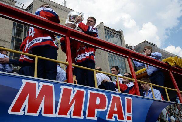 Евгений Медведев (в центре)