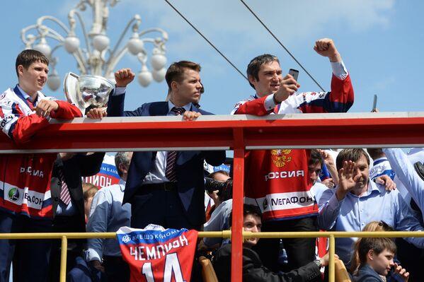 Олег Знарок, хоккеисты Александр Овечкин и Сергей Широков (справа налево)