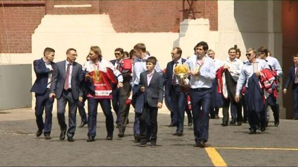 Хоккеисты сборной РФ гуляли по центру Москвы с кубком чемпиона
