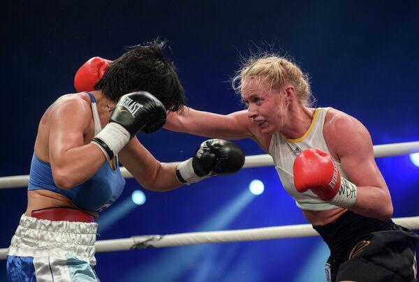 Россиянка Светлана Кулакова (справа) и спортсменка из Аргентины Анна Лаура Эстече