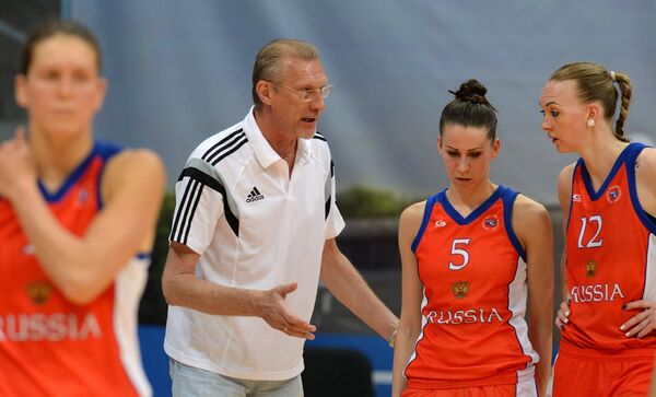 Главный тренер женской сборной России по баскетболу Анатолий Мышкин дает указания игрокам