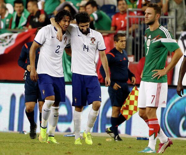 Футболисты сборной Португалии Бруно Алвеш и Луиш Нету радуются забитому мячу в ворота мексиканцев