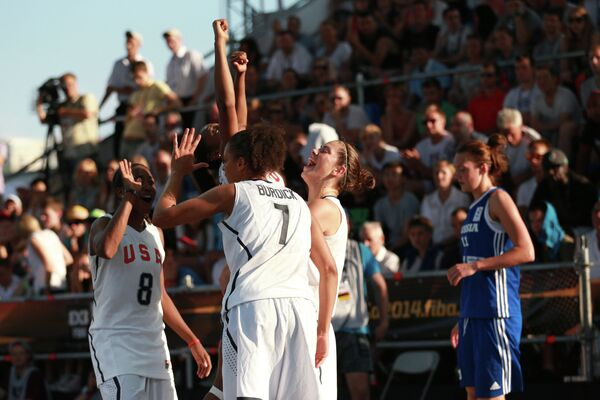 Баскетболистки сборной США радуются победе в финальном матче