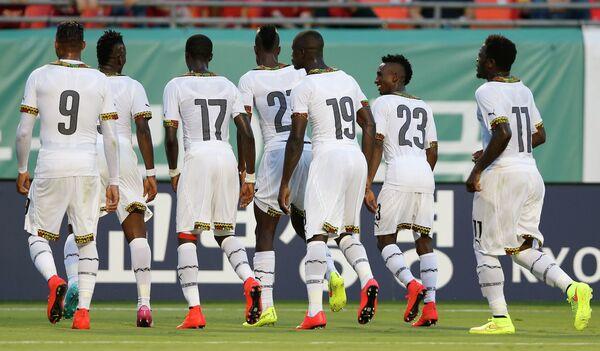 Футболисты сборной Ганы радуются забитому мячу Асамоа Гьяна