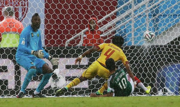 Игровой момент матча Мексика - Камерун