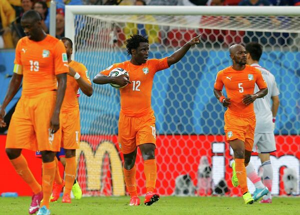 Футболисты Кот-д'Ивуара празднуют гол нападающего Вилфреда Бони.