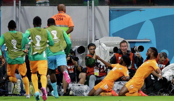 Футболисты Кот-д'Ивуара празднуют гол в ворота Японии