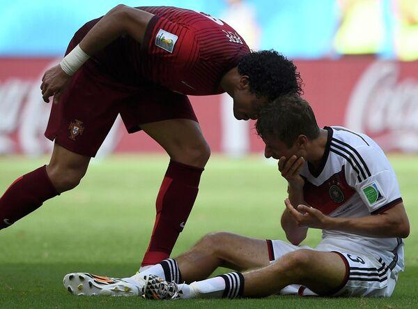 Защитник сборной Португалии Пепе и нападающий сборной Германии Томас Мюллер (слева направо)