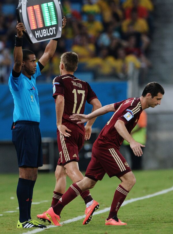На фото: полузащитник сборной России Алан Дзагоев и форвард Олег Шатов (справа налево).