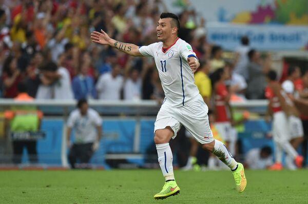 На фото: защитник сборной Чили Гари Медель радуется голу.