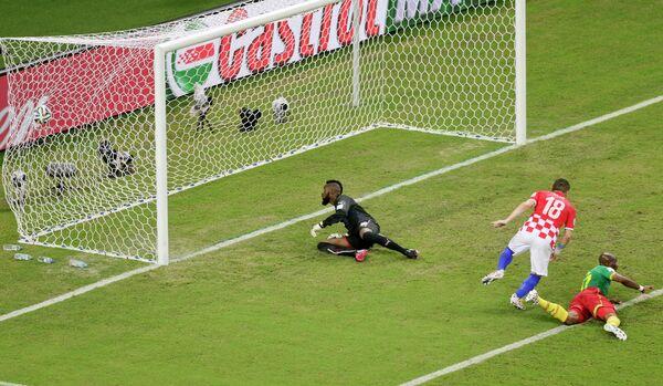 Форвард сборной Хорватии Ивица Олич забивает гол в ворота Камеруна.