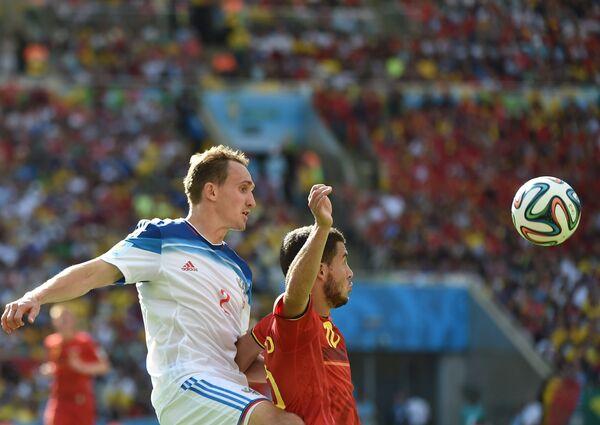 Защитник сборной России Алексей Козлов (слева) и полузащитник сборной Бельгии Эден Азар