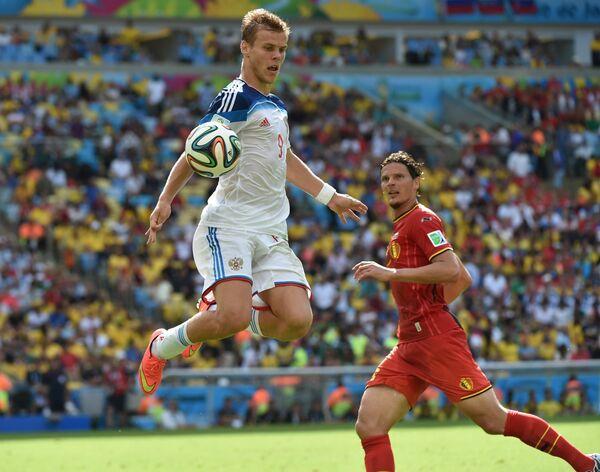 Нападающий сборной России Александр Кокорин (слева) и защитник сборной Бельгии Даниэль ван Бюйтен