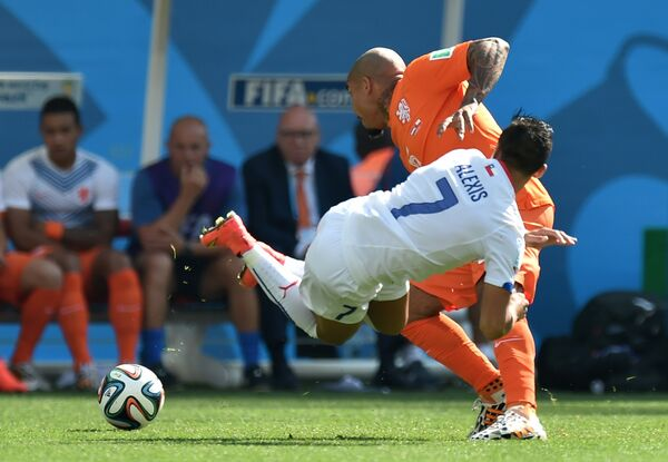 Полузащитник сборной Нидерландов Найджел де Йонг (на втором плане) и нападающий сборной Чили Алексис Санчес