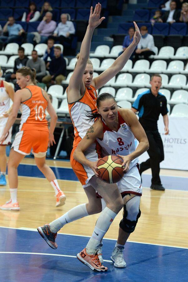 Баскетболистка сборной Нидерландов Натали ван ден Адель (слева) и защитник сборной России Марина Карпунина