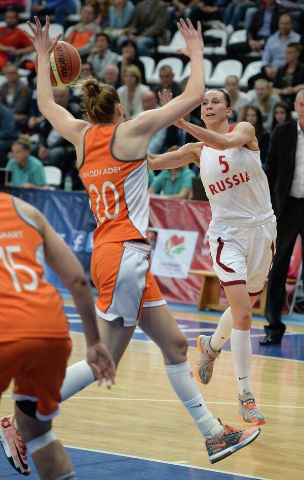 Баскетболистка сборной Нидерландов Натали ван ден Адель (слева) и капитан сборной России Евгения Белякова