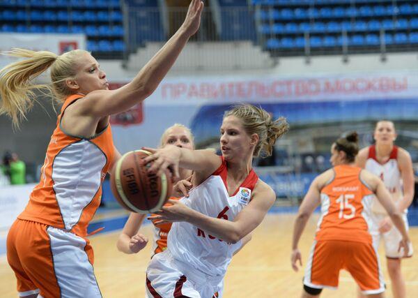 Баскетболистка сборной Нидерландов Йилл Беттонвил (слева) и форвард сборной России Ксения Левченко