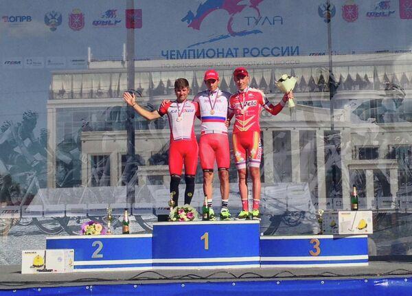Велогонщик Катюши Александр Порсев (в центре)
