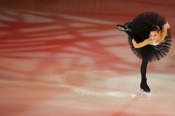Аделина Сотникова выступает в показательных выступлениях на пятом этапе серии Гран-при по фигурному катанию Cup of Russia