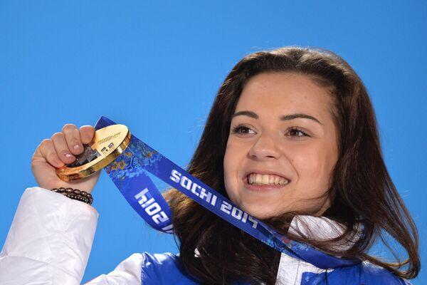 Аделина Сотникова (Россия) во время медальной церемонии зимних Олимпийских игр в Сочи