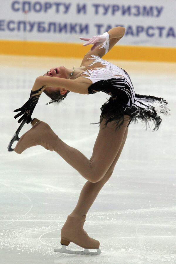 Фигуристка Аделина Сотникова, занявшая 1-е место на чемпионате России по фигурному катанию. 2008 год.