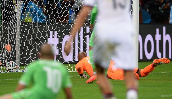 Раис М'Боли пропускает мяч в свои ворота.