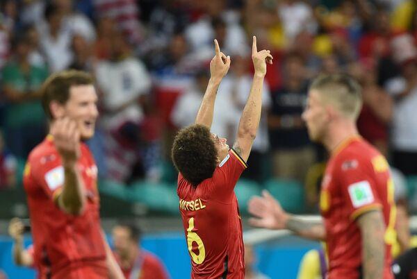 Игрок сборной Бельгии Аксель Витсель (в центре)