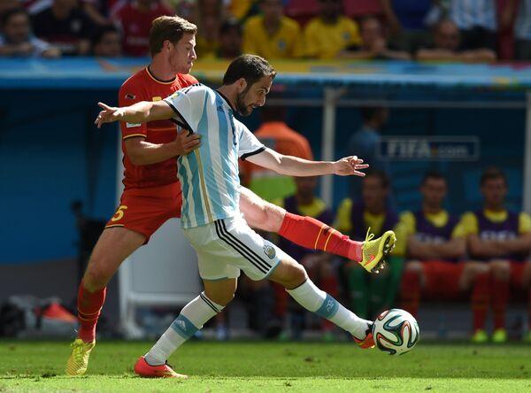 Форвард сборной Аргентины Гонсало Игуаин (на первом плане) и защитник сборной Бельгии Ян Вертонген